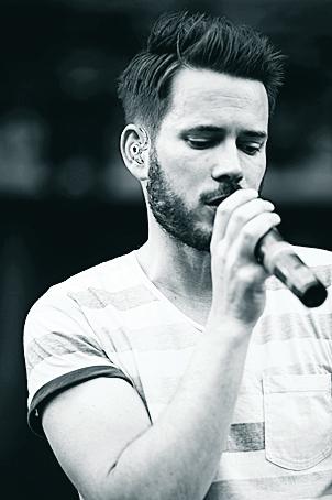 """Revolverheld, hier vertreten durch Sänger Johannes Strate, brachten im September das Album """"Immer in Bewegung"""" heraus. Foto: Schneider"""