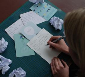 In diesem Jahr kommt eine ganze Menge Arbeit auf Jugendreporterin Marie-Thérèse zu. Das Geburtstagskartenschreiben hatte bisher ihre Mutter für sie übernommen. Nun will sie selbst daran denken. Foto: Raufeld Medien