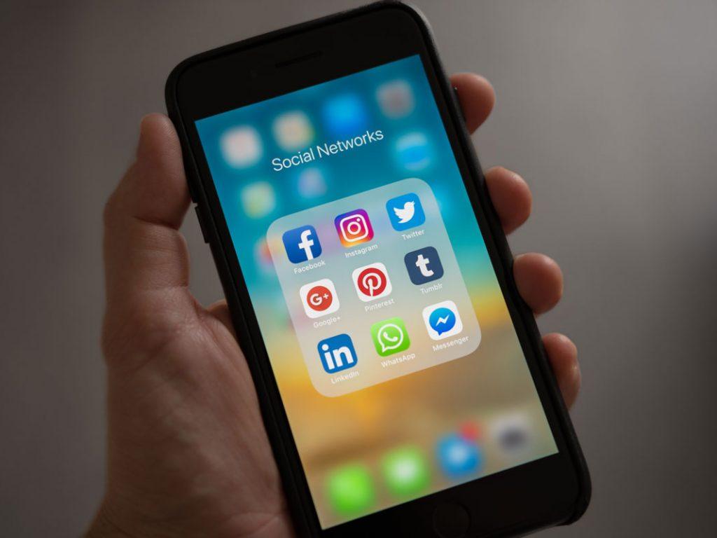Ein eingeschaltetes Smartphone