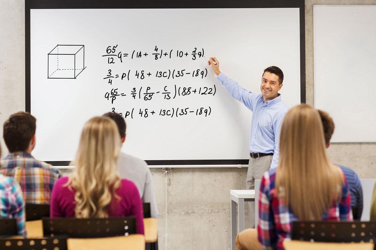 Mathematiklehrer an der Tafel