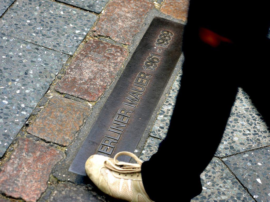 Überbleibsel der Mauer: Plaketten auf dem Boden erinnern an die Teilung
