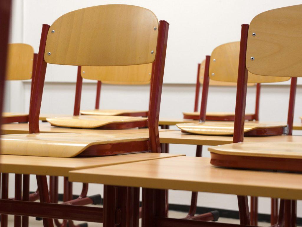 Hochgestellte Stühle in einem Klassenzimmer