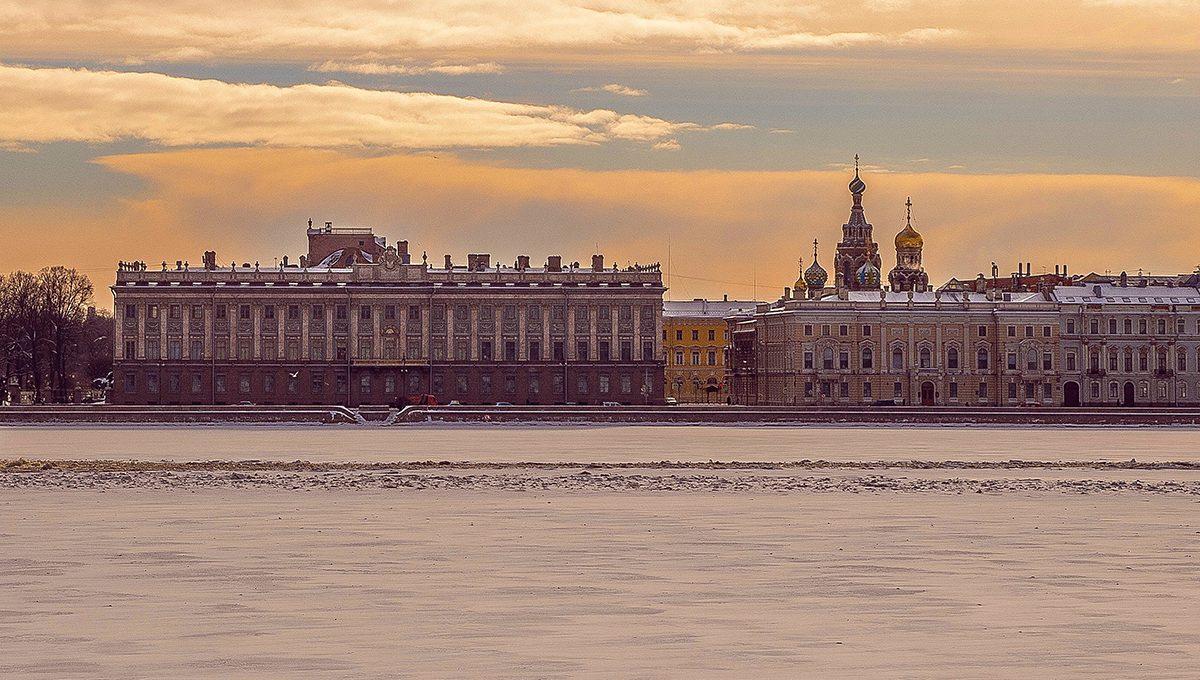 St. Petersburg vom Wasser gesehen