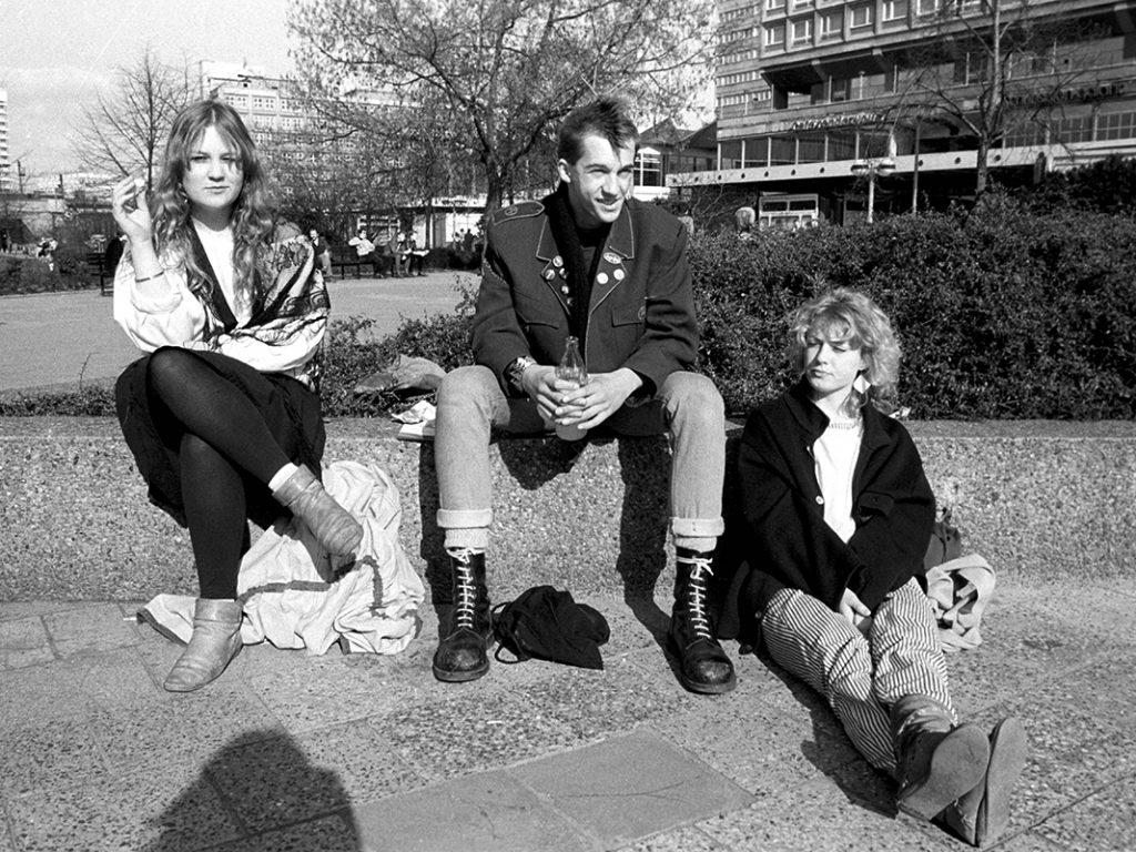 Ein Punk hängt mit zwei Freundinnen im Frühjahr 1984 vor den Rathauspassagen in Berlin ab.