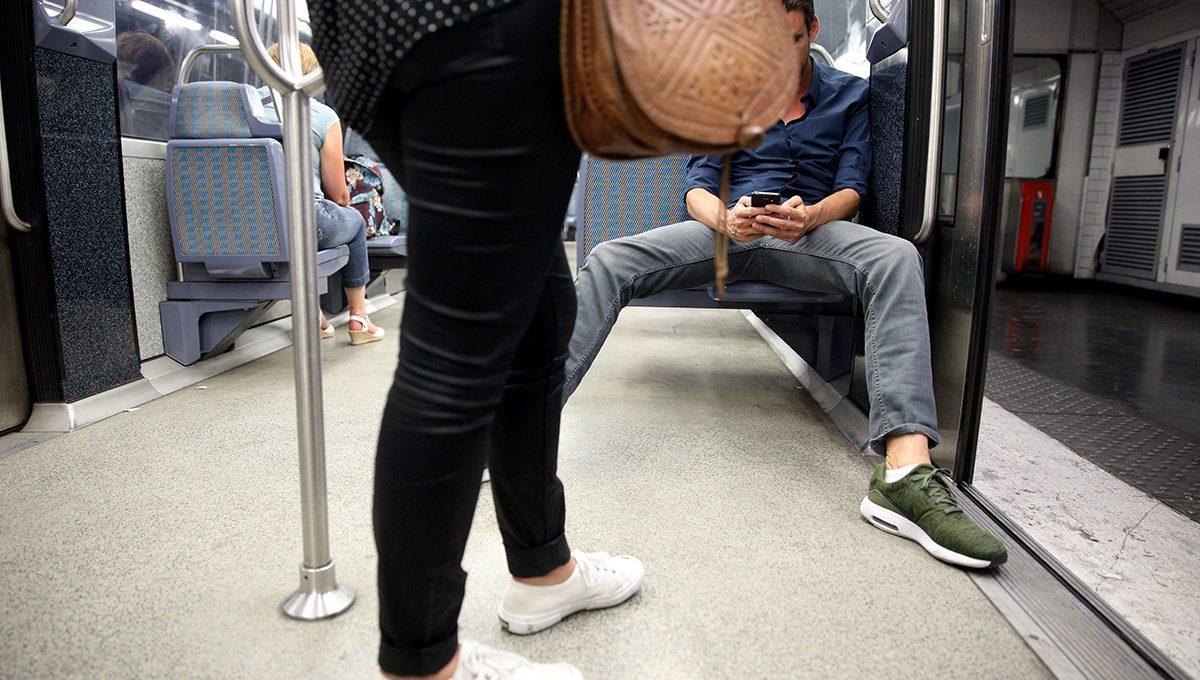 Ein Mann fühlt sich etwas zu privilegiert und belegt gleich zwei Sitzplätze in der U-Bahn