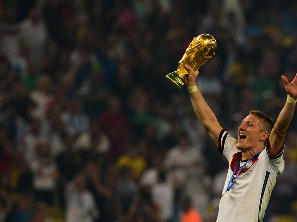 Bastian Schweinsteiger mit WM-Pokal