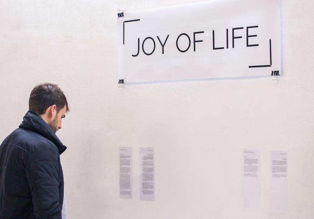 Ein Mann besucht das Museum für Werte.