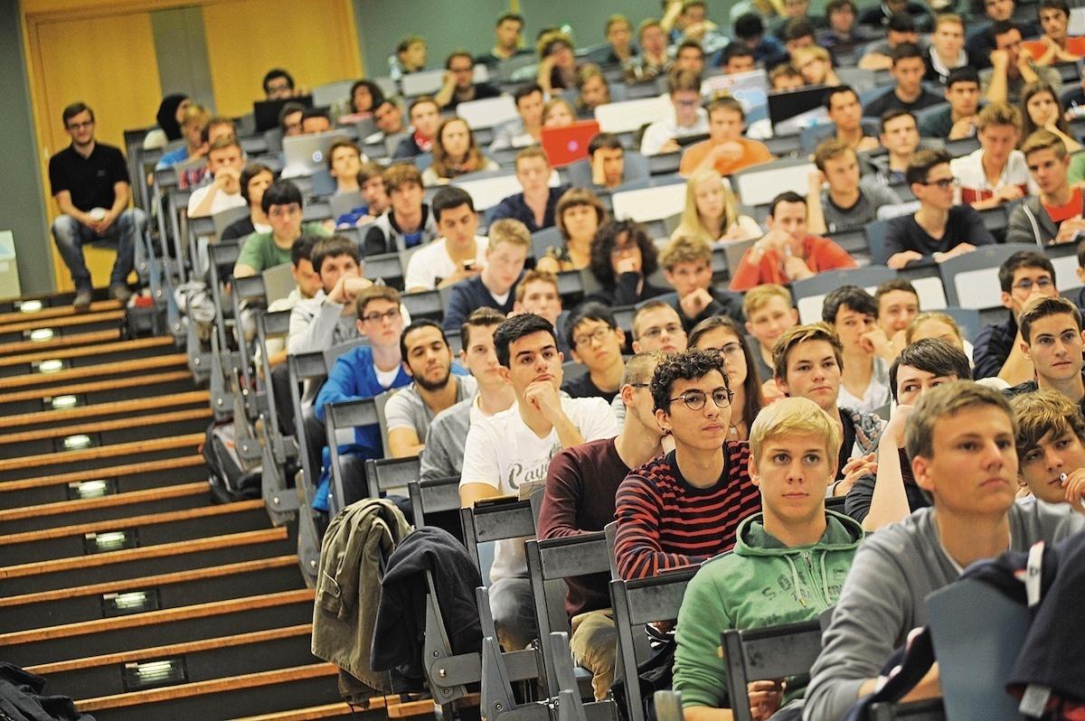 Junge Studierende im Hörsaal