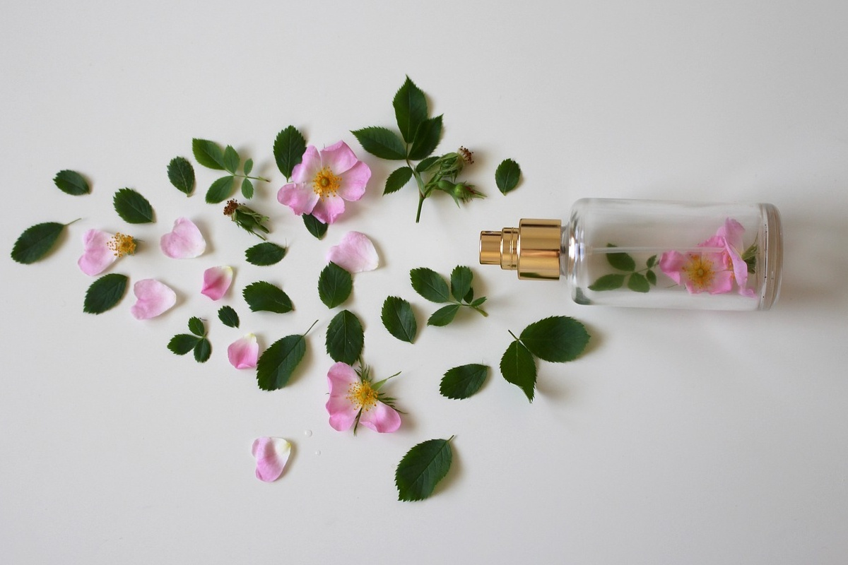 Parfumflasche und Blütenblätter