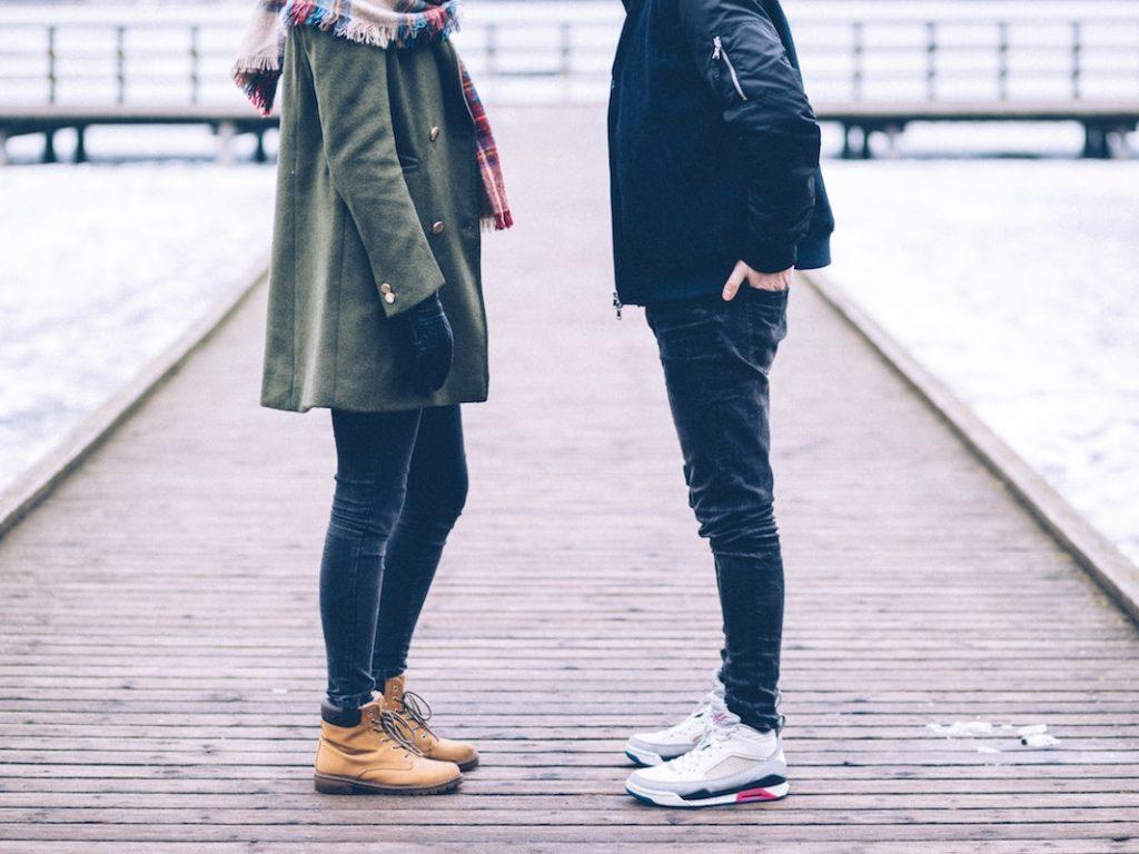 Frau und Mann stehen sich gegenüber
