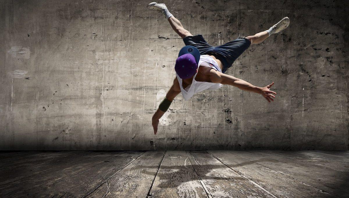 Junger akrobatischer Tänzer