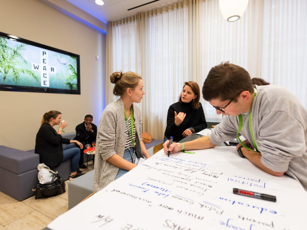 """Jugendliche beim Workshop auf der """"War or peace""""-Konferenz der bpb"""