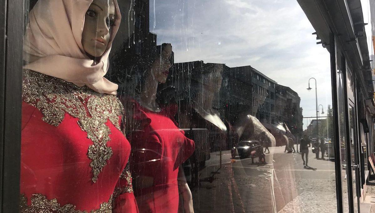 Schausfensterpuppen hinter einer Glasscheibe