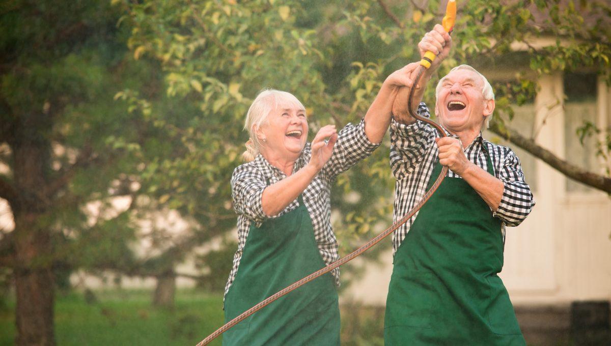 Rentnerpaar hat Spaß im Partnerlook