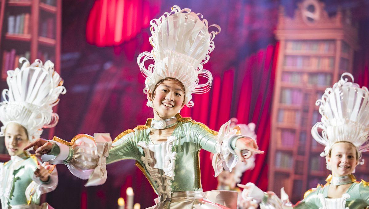 Eine Darstellerin vom Jungen Ensemble des Friedrichstadt-Palasts im Stück