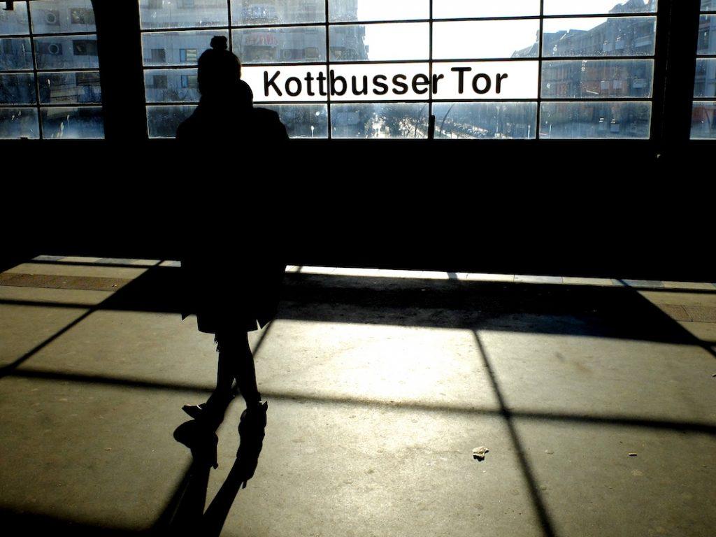 Eine Frau steht am U-Bahnhof Kottbusser Tor