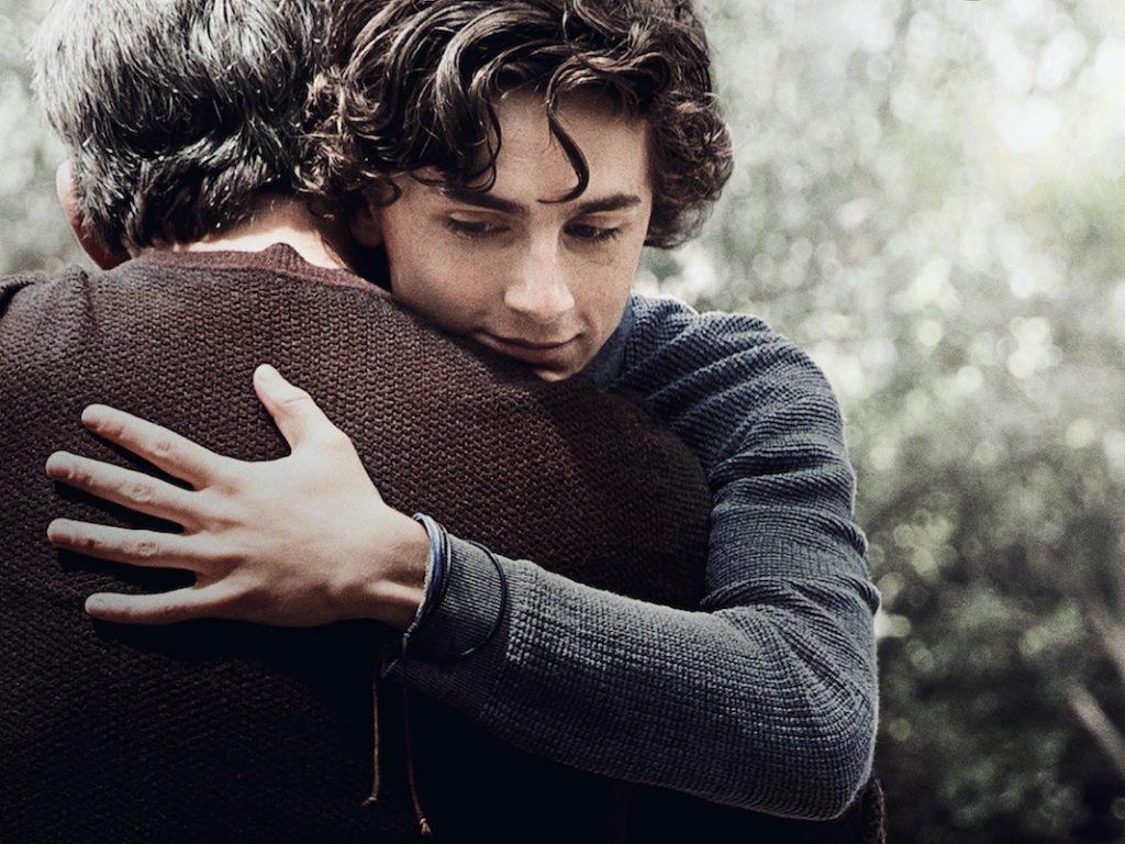 Ein Sohn umarmt seinen Vater