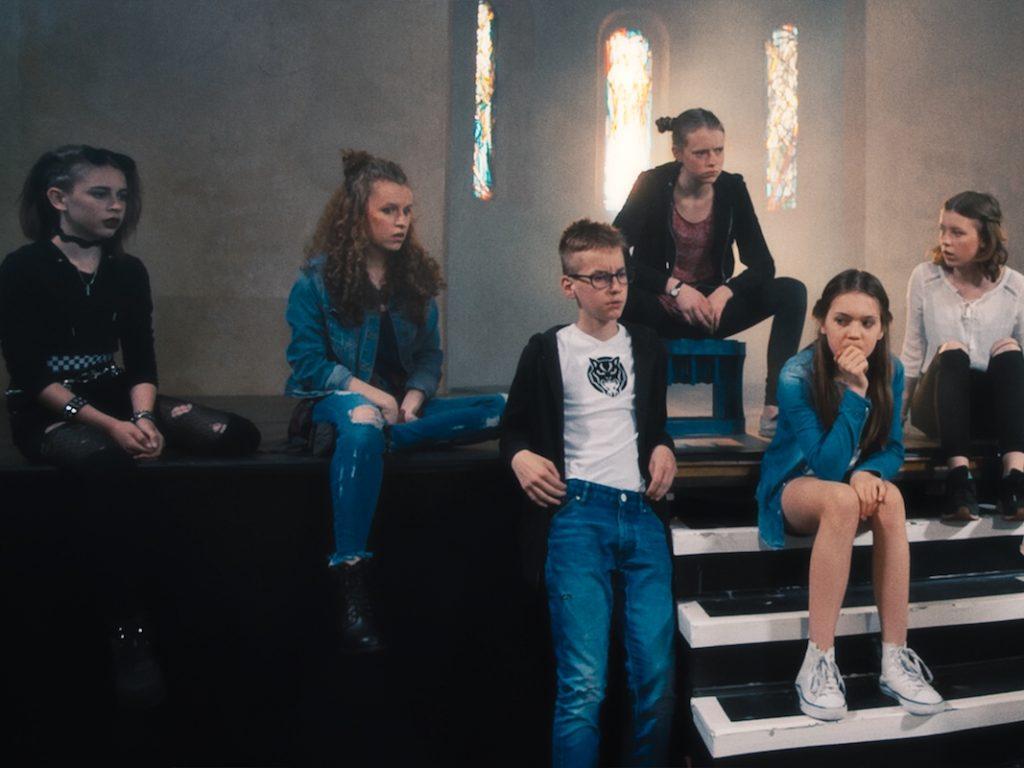 Eine Gruppe von Mädchen auf einer Bühne
