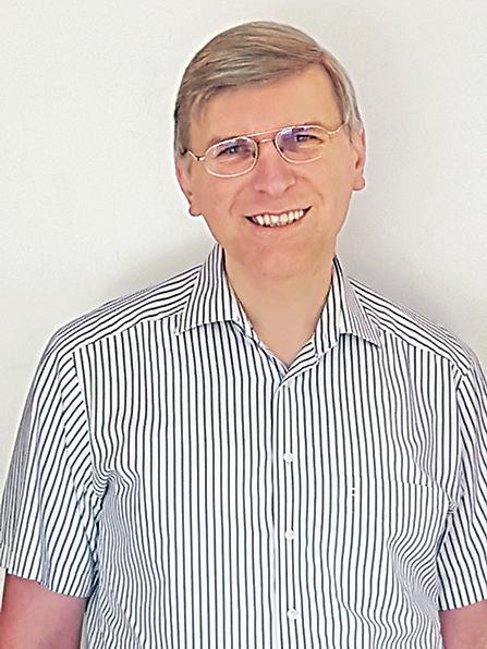 Ein Mann mit Brille im gestreiften Hemd