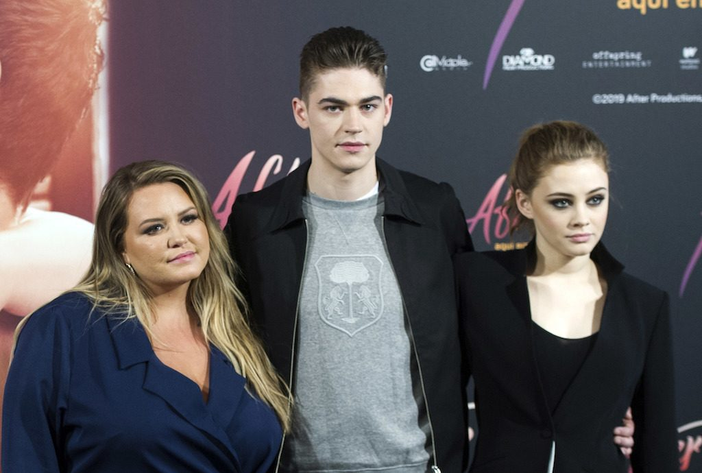 """After Passion""-Autorin Anna Todd mit den Schauspielern Hero Fiennes-Tiffin und Josphine Langford"