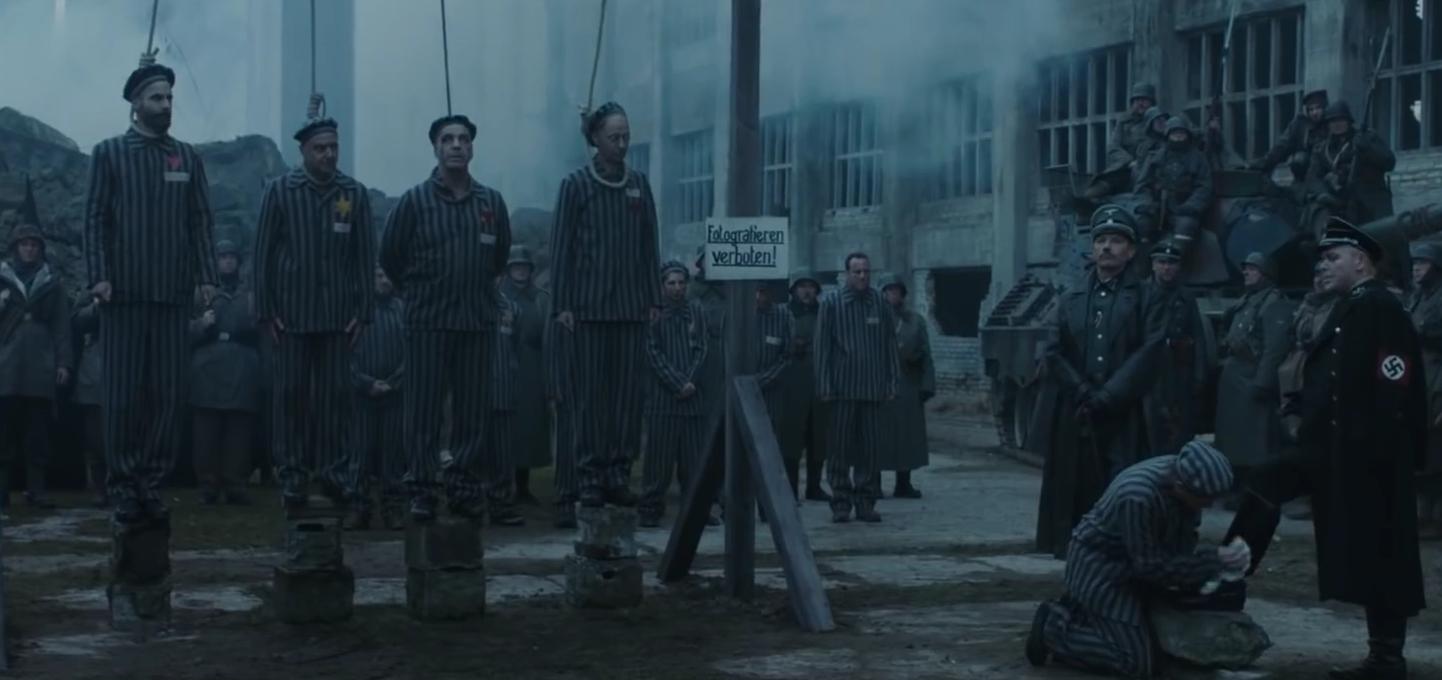 Vider Männer, die auf den Befehl von dem Kommandeur warten, exekutiert zu werden.