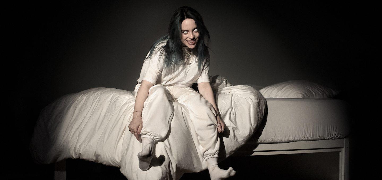 Ein Mädchen sitzend auf einem Bett