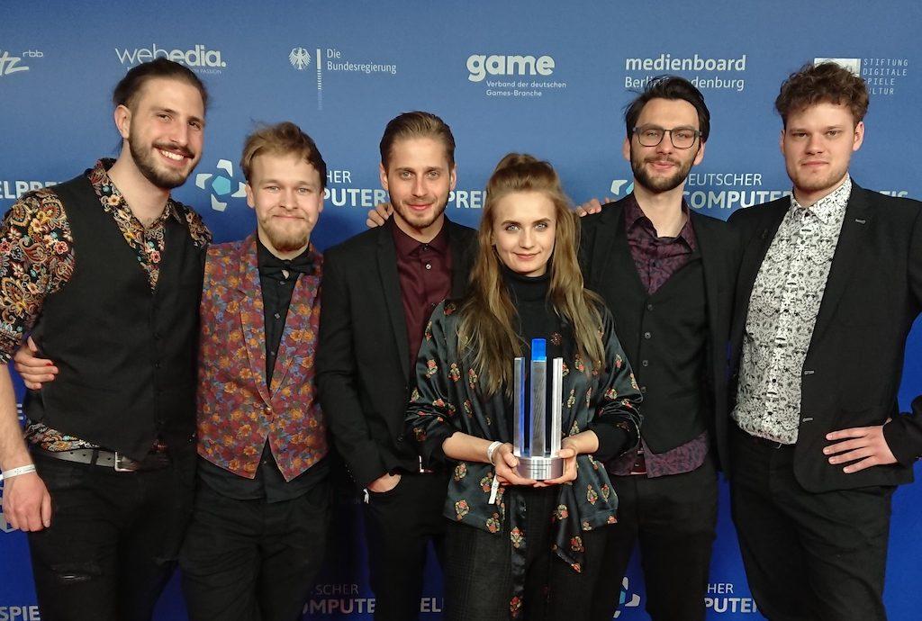 """Das Gewinnerteam der """"Game Design""""-Studierenden der HTW beim Deutschen Computerspielpreis 2019."""