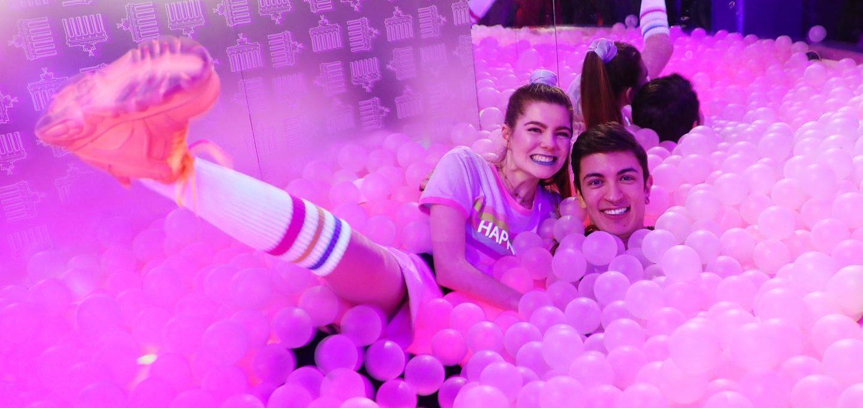 Model Klaudia und Freund Felipe posen im Bällebad.