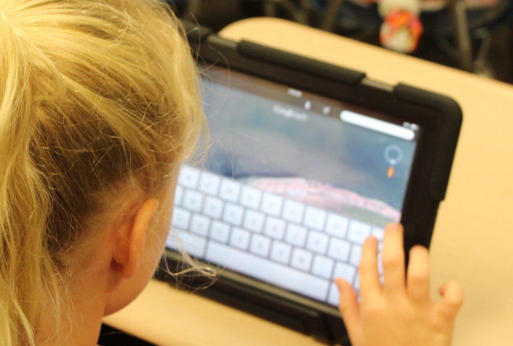 Schülerin, die ein iPad zu Lernzwecken benutzt.