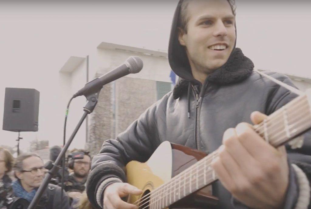 Leo Holldack spielt Gitarre auf der Klimademo in Berlin