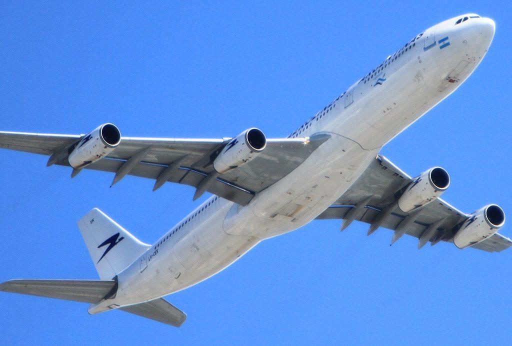 Weißes Fligzeug im blauen Himmel