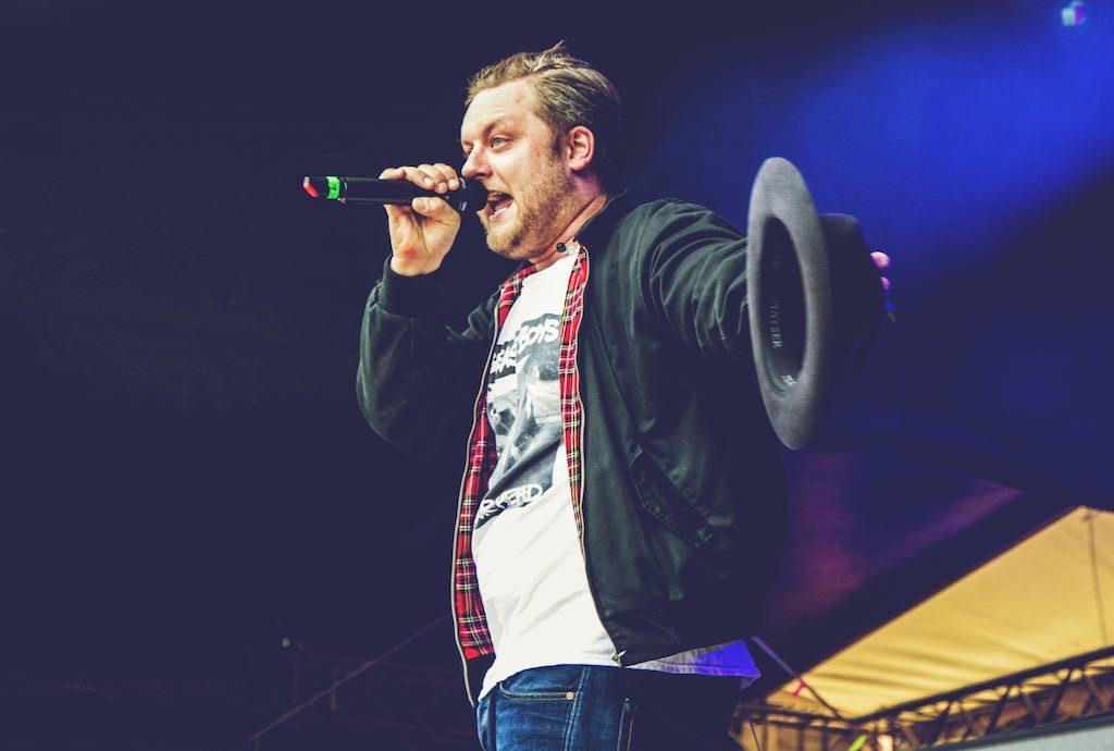 Rapper Fatoni auf der Bühne.