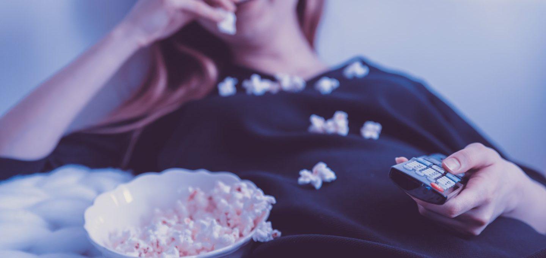 Mädchen beim Popcornessen