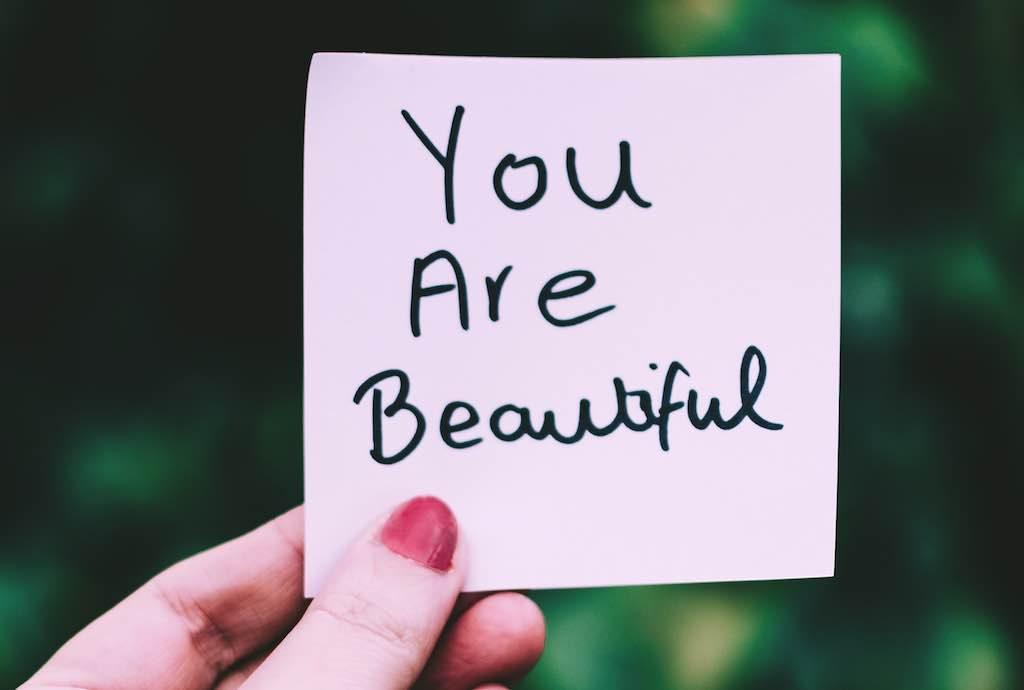Selbstliebe: Sich selbst sagen, dass man schön ist.