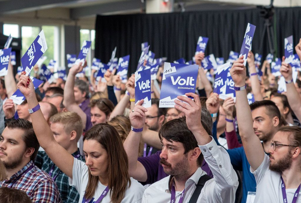 Parteimitglieder von Volt Deutschland bei der Abstimmung am Parteitag