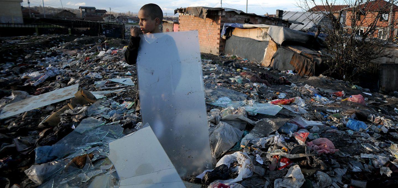 Junge steht in Müllberg