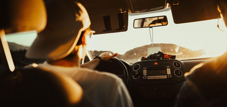 Mann beim Autofahren