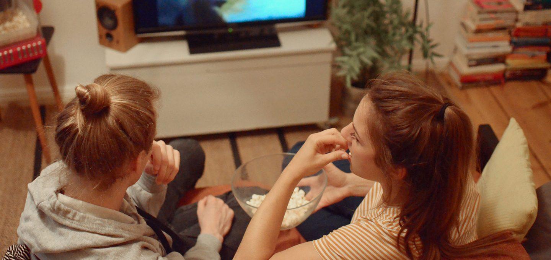 Freunde beim Fernsehen