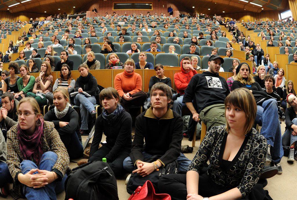 Studenten in überfülltem Hörsaal