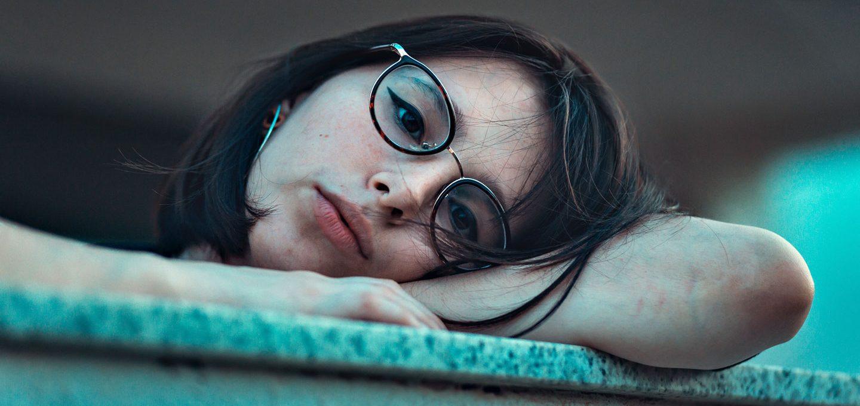 Junge Frau gelangweilt