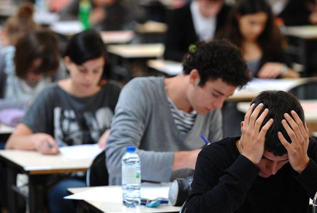 Schülerinnen und Schüler bei Prüfung