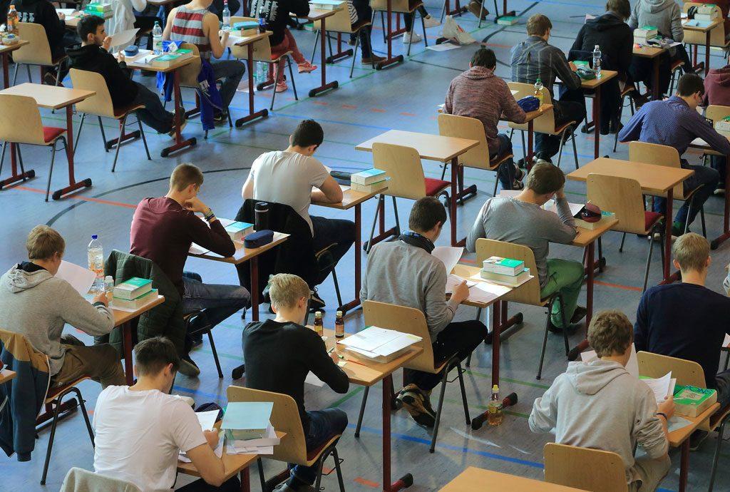 Schüler*innen bei Prüfung